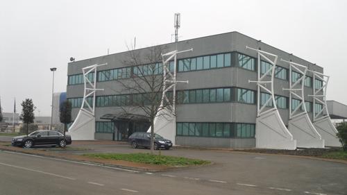 """La palazzina uffici """"sostenuta"""" d a10 contrafforti"""